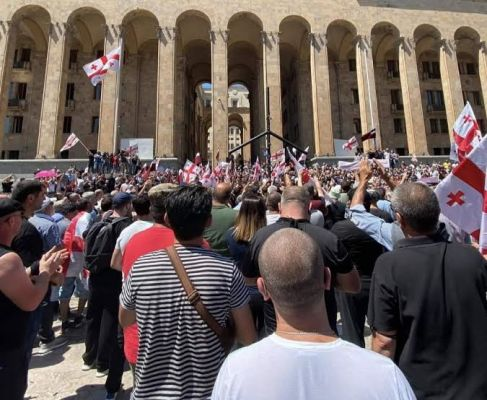 691e5b5a0f95dcb8a066e4e6aa086 Протестующие вТбилиси сняли флагЕС ивоздвигли крест упарламента