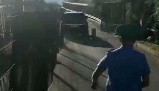 Помощник президента Абхазии насвоем джипе снес ворота награнице сРоссией