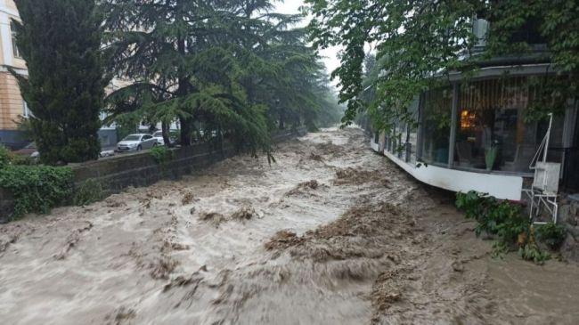 В Ялте, несмотря на запрет, появились купающиеся