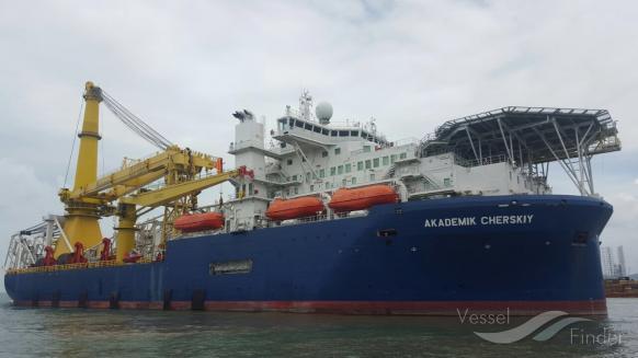 Способное достроить «Северный поток — 2» судно подходит к Европе