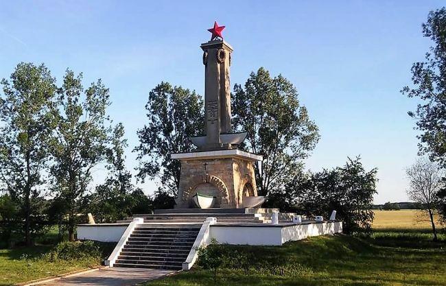 Монумент в Миколине во всём величии. Фото А. Выползова / eadaily.com
