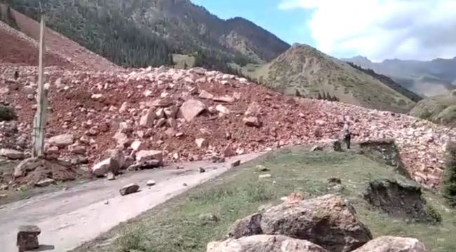 Оползень вКиргизии: заблокировано русло реки, дорога, оборваны провода