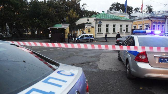 Натерриторию посольства США вМоскве прорвался неизвестный наавтомобиле